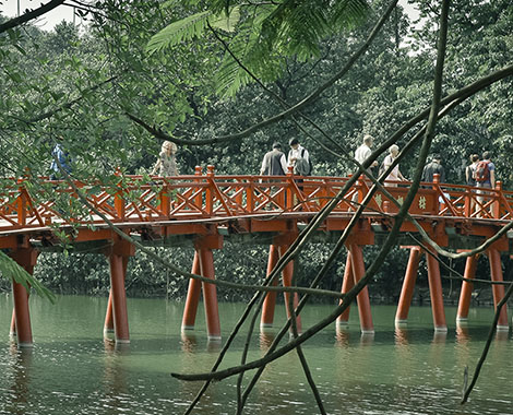 Lac hoan kiem the duc bridge vietnam hanoi