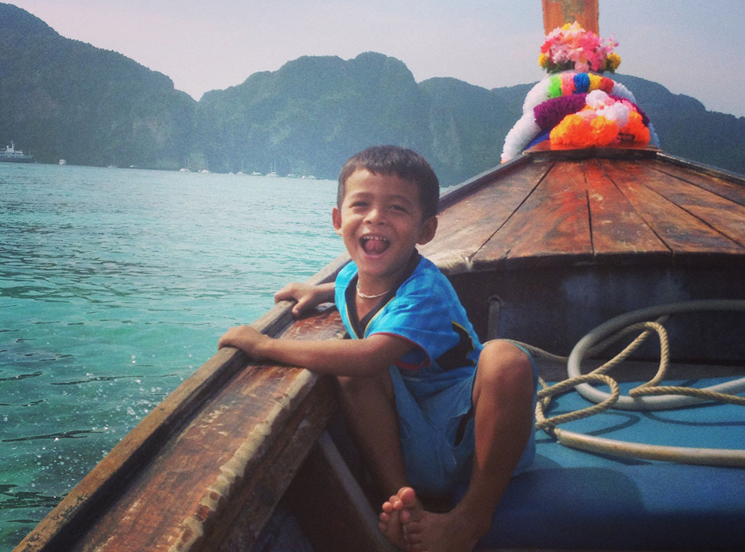 Enfant thailandais bateau koh phiphi thailande
