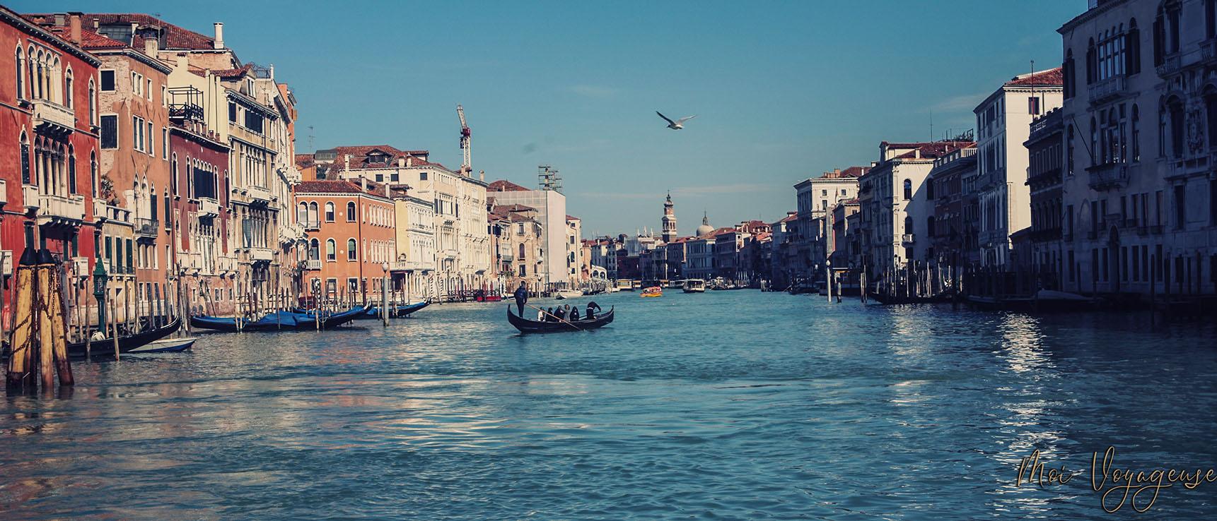 Depuis Vaporetto Venise grand canal gondole