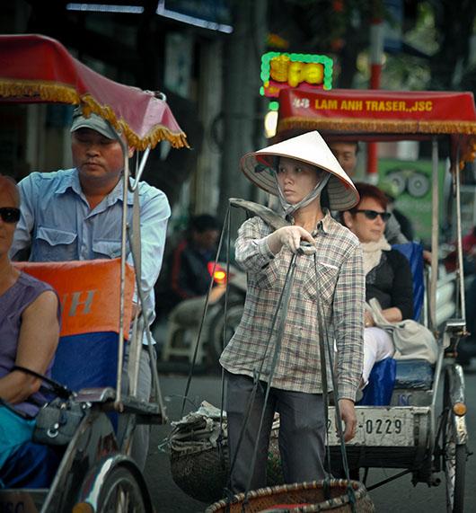 Vendeuse ambulante cyclopousse rue hanoi vieux quartier vietnam