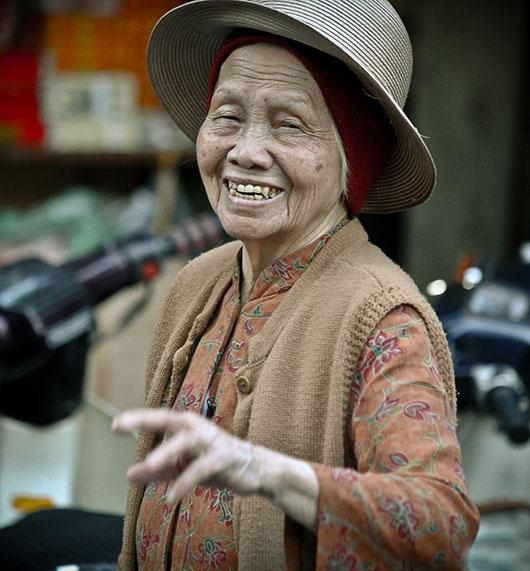 Femme sourire rue hanoi vieux quartier vietnam