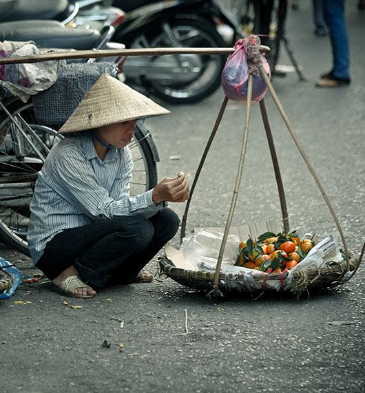 Vendeuse ambulante rue hanoi vieux quartier vietnam