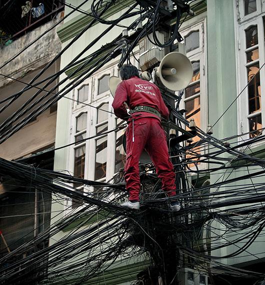 Réparateur cables electriques rue hanoi vieux quartier vietnam
