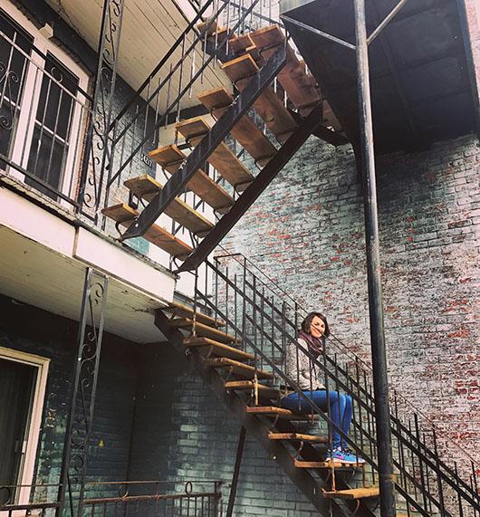 Justine Expatriée Française Montreal Canada Quebec Street Style Interview briques double escalier