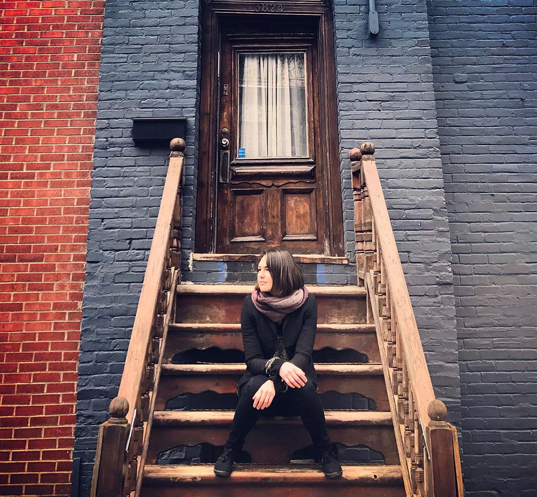 Justine Expatriée Française Montreal Canada Quebec Street Style Interview briques escalier