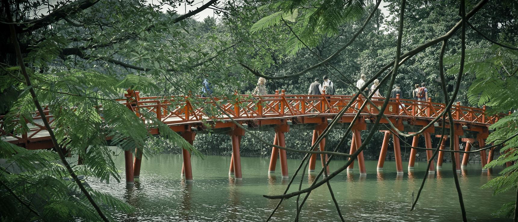 Lac Hoan Kiem vietnam hanoi pont the huc
