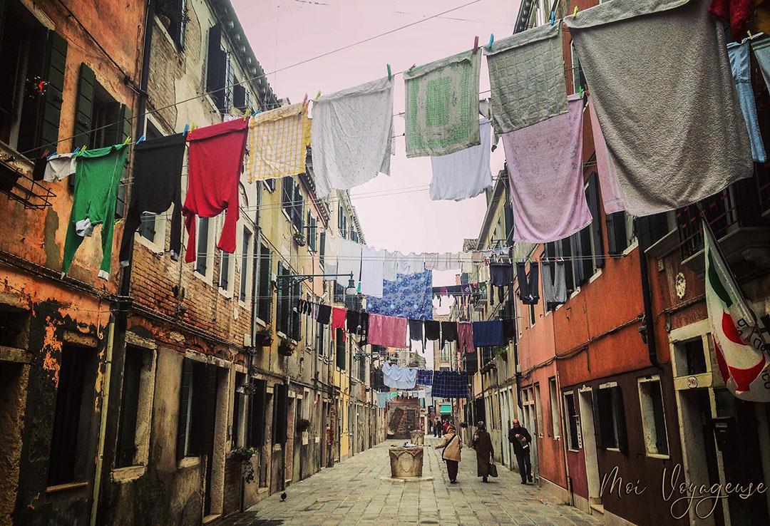 Venise Italie rue tyique vêtements qui sèchent
